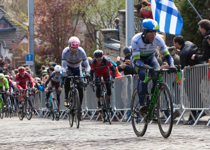michael albasini, (Orica Greenedge) leads the race up the cobble